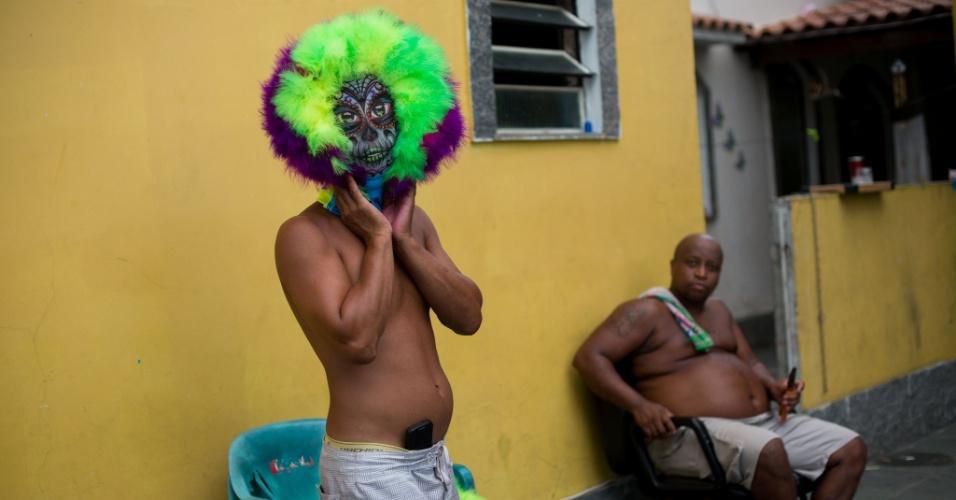 4.fev.2016 - Os bate-bolas são grupos de foliões que saem pelas ruas com o rosto coberto e fantasias elaboradas, tomando conta da zona oeste do Rio e da Baixada Fluminense todos os anos no Carnaval