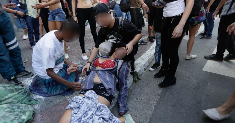 6.abr.2016 - Policiais entram em confronto com manifestantes durante 3° Por mais merenda, mais salas e menos grêmios de Estado, em frente a Secretaria da Educação do Estado de São Paulo (SP), nesta quarta-feira (06)