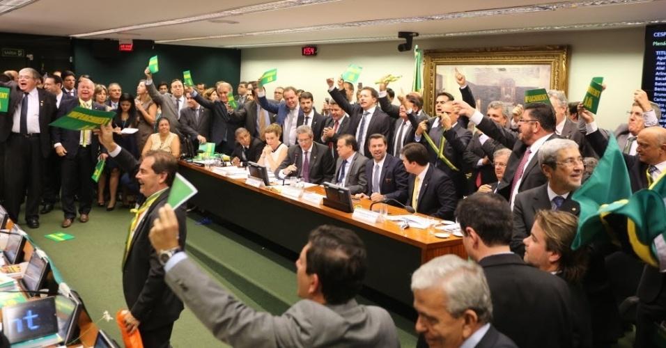 """11.abr.2016 - Na reta final para que seja iniciada a votação do parecer a favor do processo de impeachment da presidente Dilma Rousseff, deputados interromperam o trabalho da comissão em uma disputa de gritos de guerra. Políticos contra o atual governo gritaram """"Impeachment"""" enquanto ficaram de pé e exibiram cartazes defendendo suas posições"""
