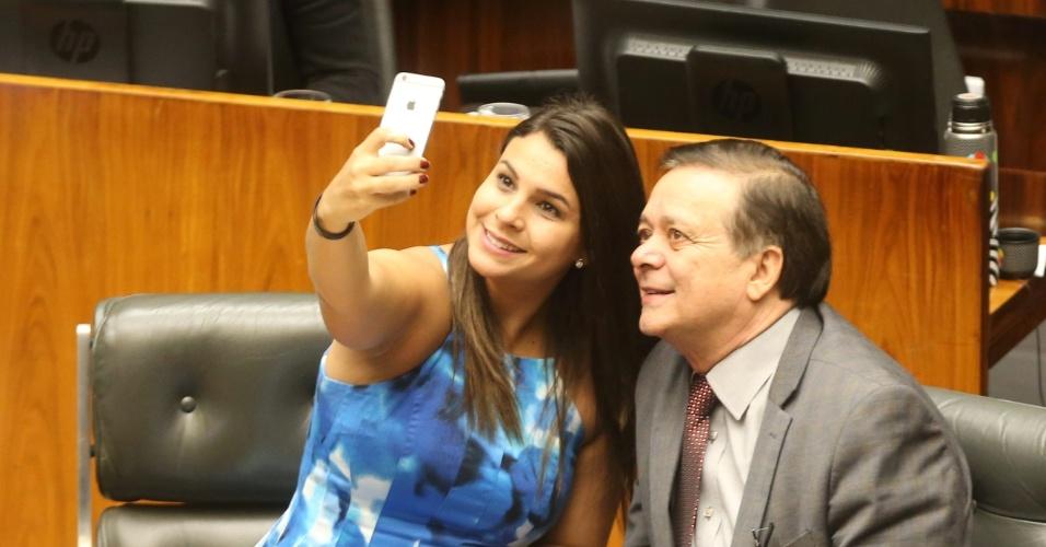 15.abr.2016 - Deputada Mariana Carvalho (PSDB-RO) faz selfie com o relator do processo de impeachment da presidente Dilma Rousseff, Jovair Arantes (PTB-GO), durante sessão na Câmara dos Deputados