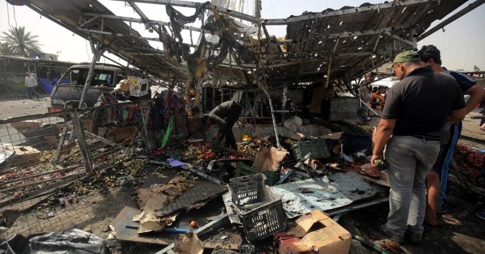 17.mai.2016 - Homens caminham por mercado destruído após um atentado em Bagdá, no Iraque. Pelo menos 69 pessoas morreram e cerca de 90 ficaram feridas em dois atentados na região. Um dos ataques ocorreu em um hortifruti do bairro de Al-Shaab, no norte da capital, habitado por maioria xiita, e provocou 38 mortos e 70 feridos. Já em al-Rasheed, no centro-sul de Bagdá, um carro-bomba explodiu e matou seis pessoas, além de ferir outras 21
