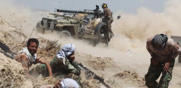 Forças pró-governo iraquianas disparam canhão em Fallujah durante ataque para retomar a cidade das mãos do grupo terrorista Estado Islâmico