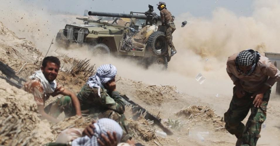 26.mai.2016 - Forças pró-governo iraquianas disparam canhão perto da vila de al-Sejar, em Faluja, no Iraque, durante ataque para retomar a cidade das mãos do grupo terrorista Estado Islâmico