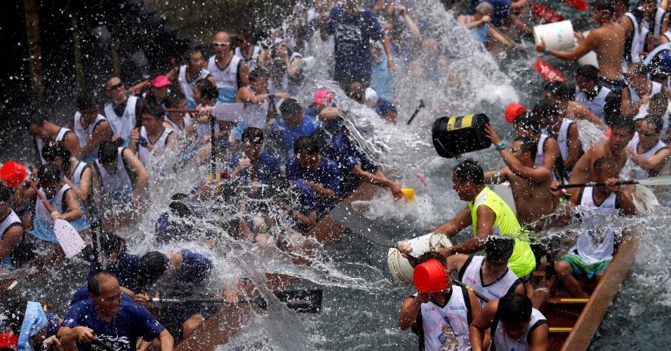 9.jun.2016 - Dezenas de pessoas jogam água uns aos outros durante disputa entre barcos por conta do Tung Ng, festival realizado em área pesqueira de Hong Kong