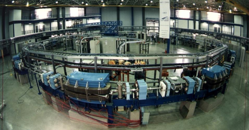 Na imagem, montagem da base da fonte de luz síncrotron, localizada no Laboratório Nacional de Luz Síncrotron do Centro Nacional de Pesquisa em Energia e Materiais (LNLS/CNPEM)