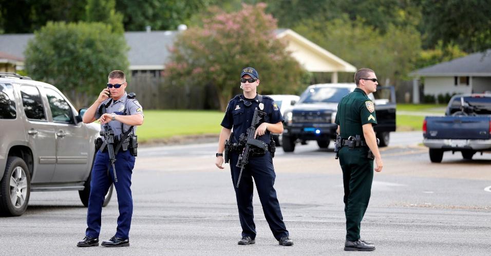 17.jul.2016 - Policiais bloqueiam via após tiroteio em Baton Rouge, no Estado norte-americano de Louisiana. Pelo menos três policiais foram mortos17.jul.2016 -