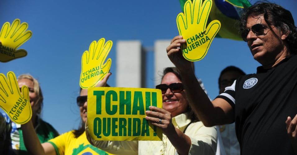 26.ago.2016 - Um pequeno grupo de manifestantes protesta contra a presidente afastada Dilma Rousseff (PT), nesta sexta, em frente ao Congresso Nacional