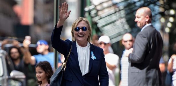 11.set.2016 - A candidata democrata à Presidência dos EUA, Hillary Clinton, acena para a imprensa após deixar o apartamento de sua filha, em Nova York
