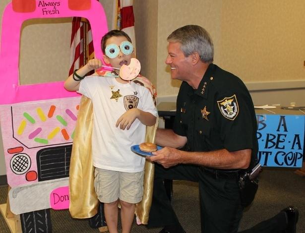"""É ou não é um fofo esse Tyler?! E ele ainda faz um trocadilho com a palavra donut no lugar de don't: """"I donut need a reason to thank a cop"""" (""""Não preciso de uma razão para agradecer um policial"""")"""