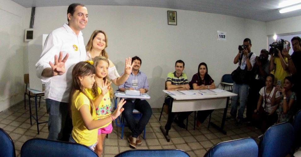30.out.2016 - O governador de Pernambuco, Paulo Câmara, vota na Fundação Cecosne, no bairro Madalena, no Recife (PE), no 2º turno das eleições municipais
