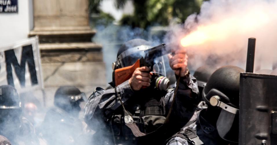 16.nov.2016 - Tropa de Choque da PM entra em confronto com manifestantes durante protesto na Alerj (Assembleia Legislativo do Rio) contra projeto de corte de gastos