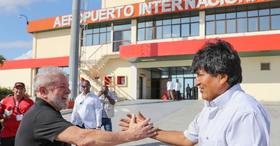 O ex-presidente Lula cumprimenta o presidente da Bolívia, Evo Morales, ao chegar ao aeroporto internacional Antonio Maceo, em Santiago de Cuba, para o funeral de Fidel Castro