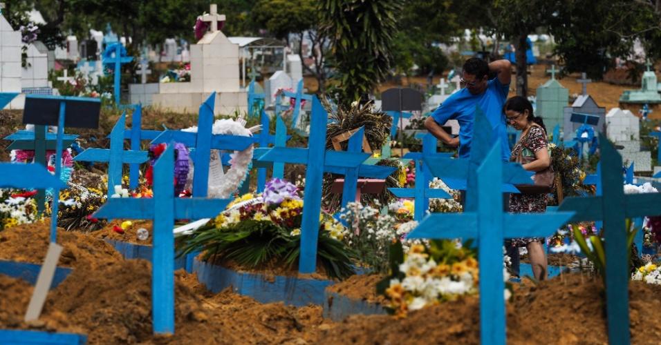 9.jan.2017 - Pessoas visitam sepulturas de presos vítimas de rebelião em presídio de Manaus, que deixou 56 mortos, boa parte decapitada