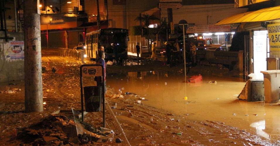 16.jan.2017 - Centro do município de Francisco Morato em meio à lama após alagamentos