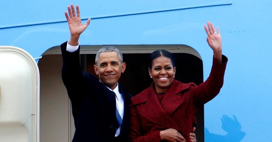 20.jan.2017 - O ex-presidente dos EUA Barack Obama e sua mulher, Michelle Obama, embarcam em avião da Força Aérea norte-americana na base área em Maryland, nesta sexta-feira (20), após a posse do presidente eleito, Donald Trump