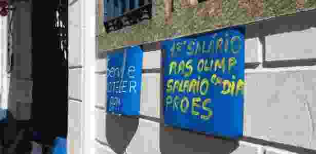 Cartaz colocado na frente do 3º Batalhão, no Méier, zona norte, pede o pagamento das horas extras das Olimpíadas - Pedro Ivo de Almeida/UOL