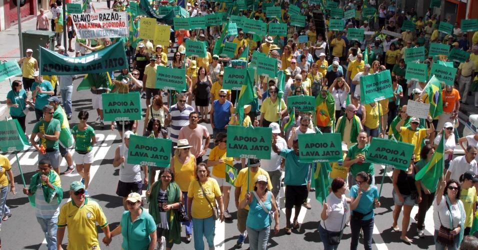 26.mar.2017 - Em apoio à Operação Lava Jato e pelo fim do foro privilegiado, manifestantes se reuniram no centro de Campinas, em São Paulo. O ato foi convocado pelos movimentos MBL (Movimento Brasil Livre) e o Vem pra Rua
