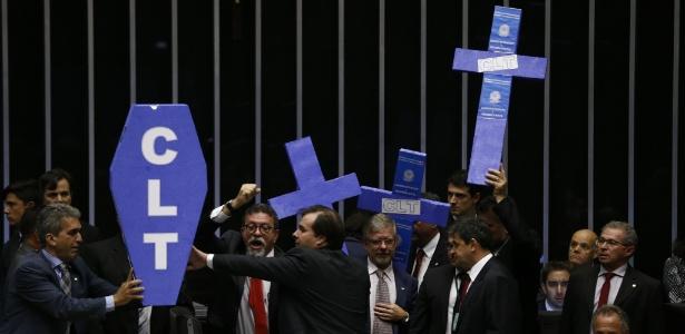 Deputados de oposição protestam contra reforma antes da votação do projeto