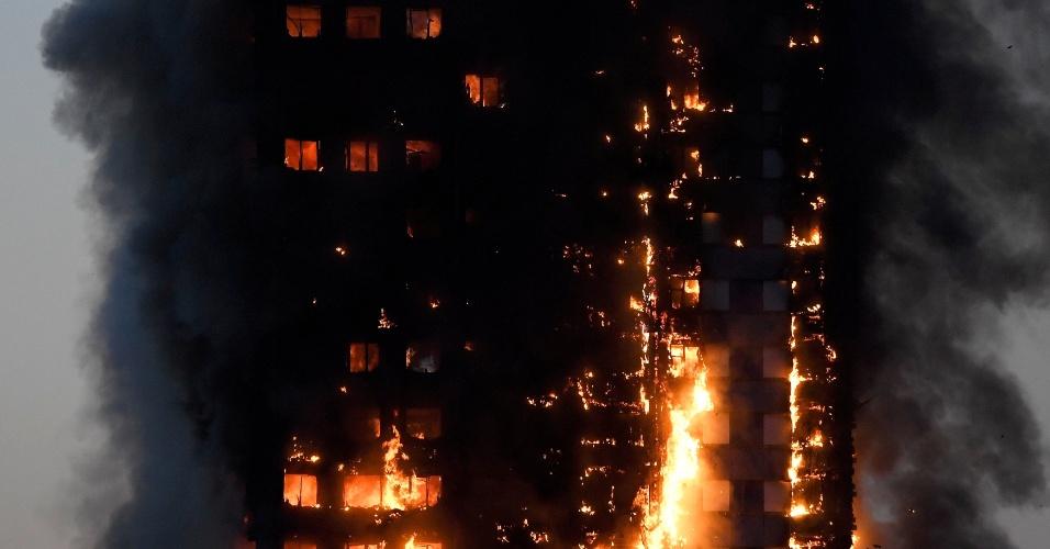 14.jun.2017 - Incêndio atinge edifício residencial em Londres
