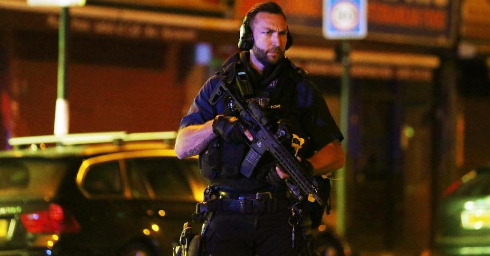 18.jun.2017 - Policial armado faz a segurança no local onde um veículo atropelou pedestres em Finsbury Park, no norte de Londres