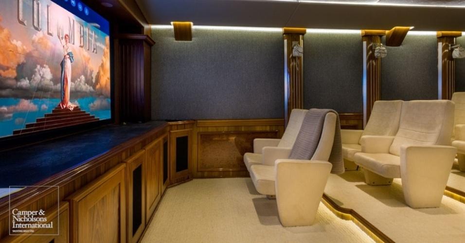 Sala de cinema do iate Legend; embarcação de luxo foi construída a partir de antigo quebra-gelo soviético