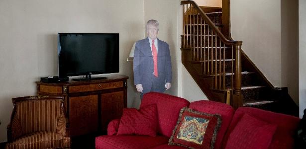 Totem com a imagem do presidente Donald Trump na sala da casa de sua infância, no Queens, Nova York - Sam Hodgson/The New York Times
