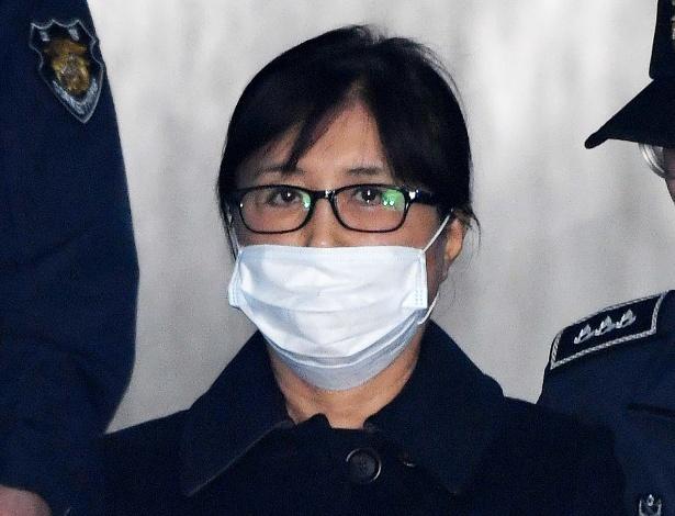 """Choi Soon-sil, a """"Rasputina"""", na chegada ao tribunal em Seul para ouvir a sentença"""