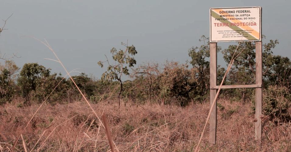 Placa na entrada da Terra Indígena Irantxe, onde os manokis vivem atualmente, indicando terra protegida