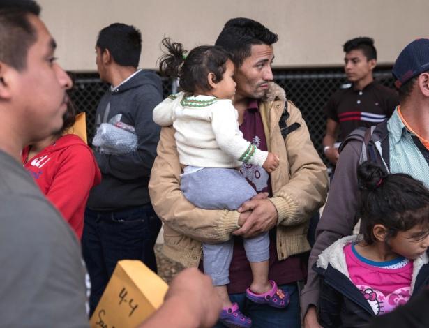 Imigrante hondurenho e sua filha são liberados de uma detenção federal, em McAllen