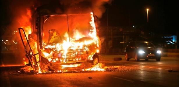 21.jun.2018 - Moradores queimam ônibus no Rio em protesto contra morte de jovem durante operação no Complexo da Maré - Marcos de Paula/Agência O Globo
