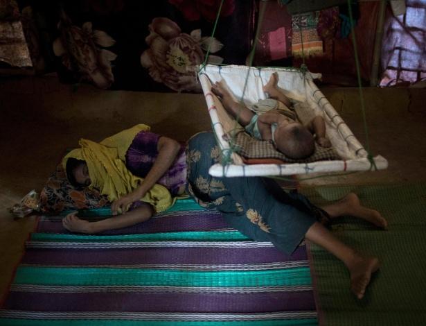 M. no chão do abrigo onde vive em Bangladesh - Wong Maye-E