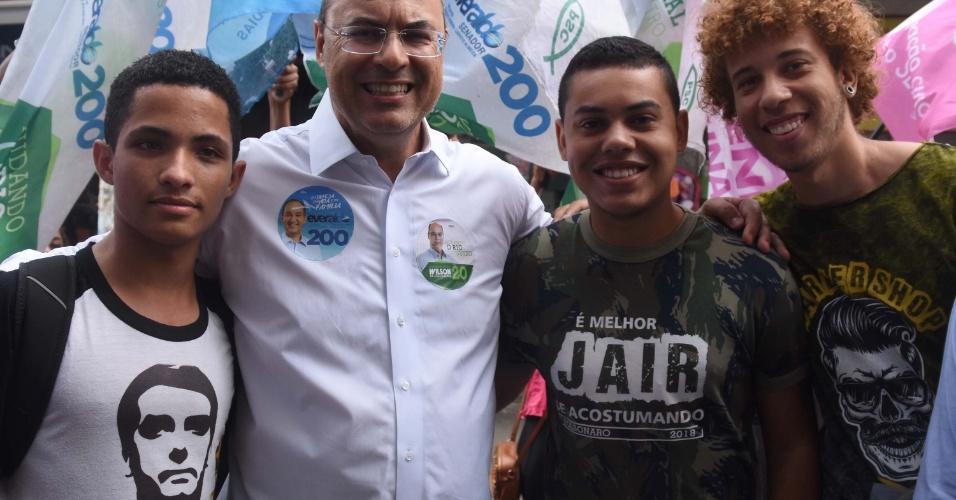 21.ago.2018 - Witzel posa para foto com apoiadores de Bolsonaro
