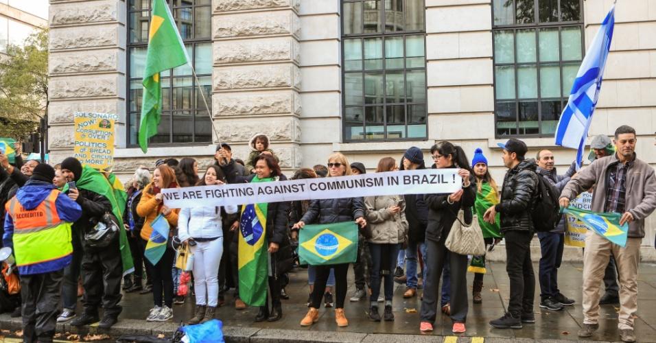 28.out.2018 - Brasileiros se manifestam a favor de Jair Bolsonaro (PSL) em frente a Embaixada Brasileira em Londres, Reino Unido