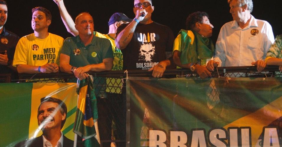 Deputado federal eleito por São Paulo Alexadre Frota e simpatizantes em frente à casa de Jair Bolsonaro, comemorando a vitória nas eleições presidenciais, na Barra da Tijuca, Zona Oeste do Rio de Janeiro