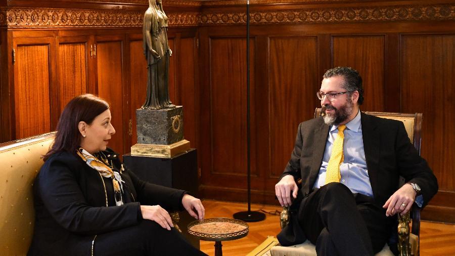 Chanceler Ernesto Araújo recebe a embaixadora de Guaidó, María Teresa Belandria; ela não consegue ocupar a embaixada em Brasília - Rafael Beltrami/MRE