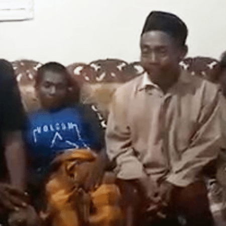O sogro de Barsah (à direita) acusou o genro de ter matado Jumantri devido ao tamanho de seu pênis - AsiaWire