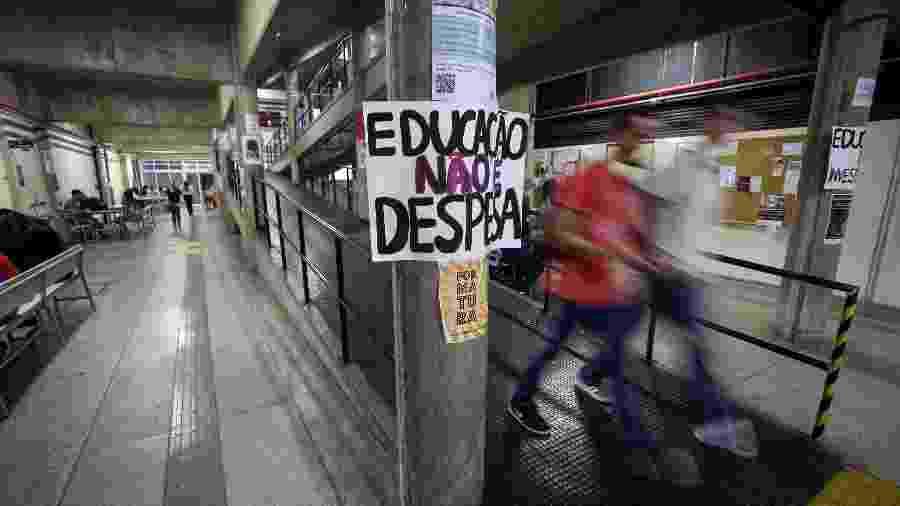 10.mai.2019 - Cartazes espalhados por alunos da Unifesp (Universidade Federal de São Paulo), no campus de Osasco, contra cortes anunciados pelo MEC (Ministério da Educação) no orçamento das federais - Marcelo Justo/UOL