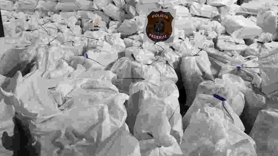 10.jul.2019 - Droga estava escondida em meio a um carregamento de milho. O motorista do caminhão foi preso em flagrante por tráfico de drogas - Divulgação/Polícia Federal