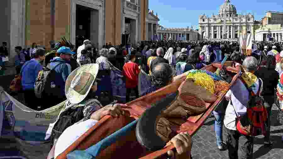 Artefatos indígenas, como imagem de mulher grávida, estavam exibidas no Vaticano e foram atiradas em rio - Vincenzo Pinto/AFP