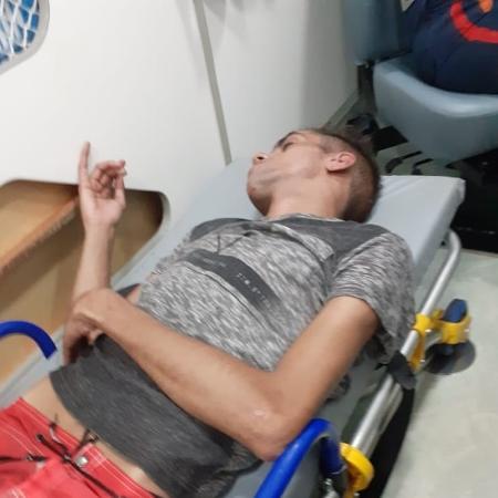 Jonhatan Briuto, de 25 anos, foi transportado de ambulância até hospital após ser agredido - Arquivo pessoal