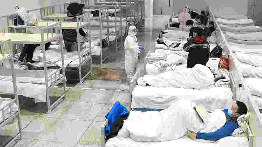 6.fev.2020 -Pacientes infectados com o novo coronavírus são atendidos em um hospital improvisado em um centro de exposições em Wuhan, onde o vírus foi primeiramente identificado e se espalhou  - Xiong Qi/Xinhua