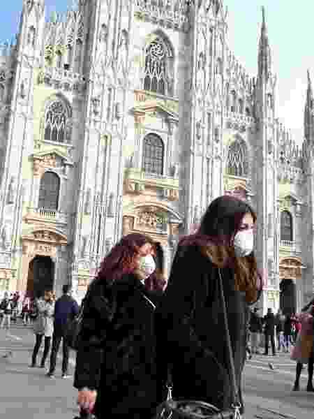 Mulheres usam máscara no centro de Milão, na Itália - Andreas Solaro/AFP