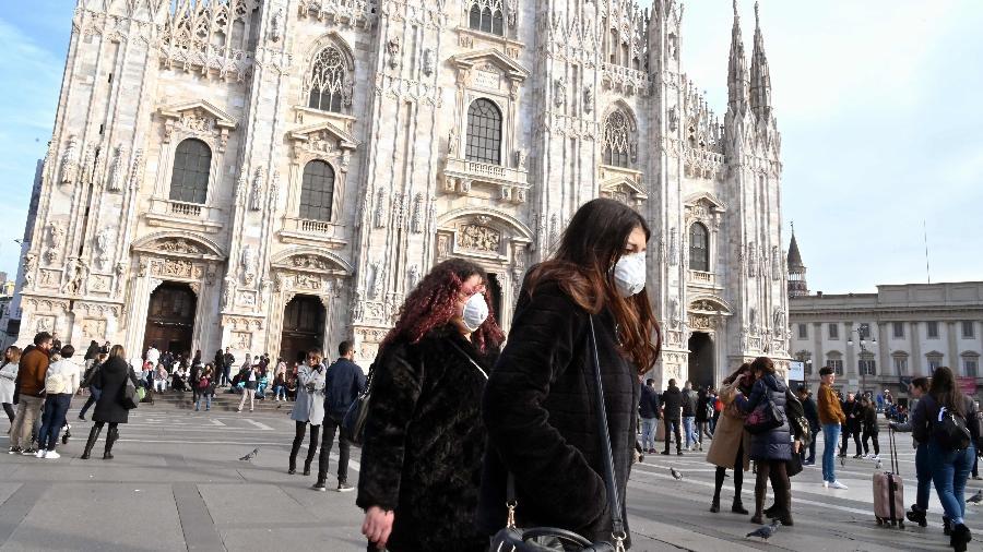Mulheres usam máscara no centro de Milão, na Itália - Andreas Solaro/AFP - 23.fev.2020