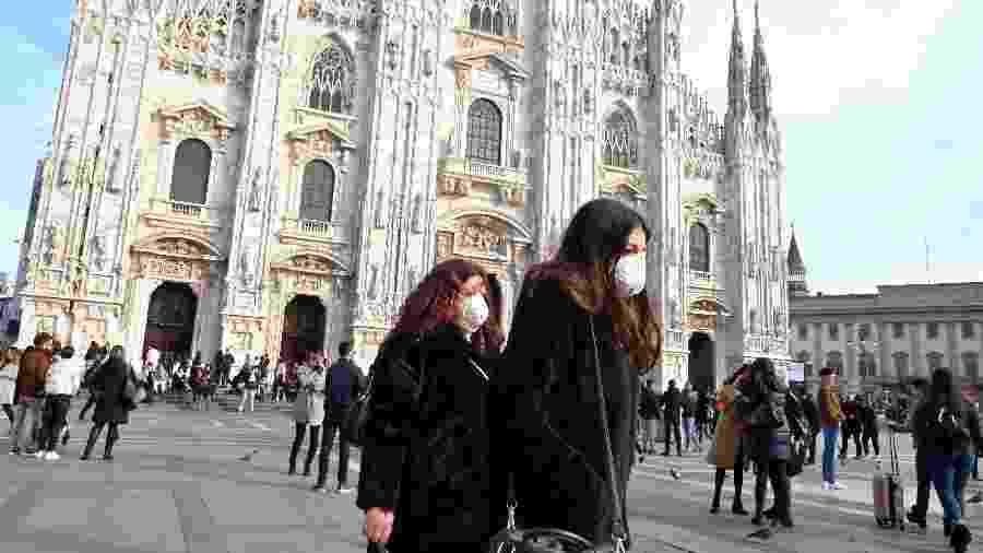 23.fev.2020 - Mulheres usam máscara no centro de Milão, na Itália - Andreas Solaro/AFP