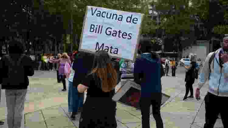 'Vacina de Bill Gates mata', diz cartaz em protesto em Madri; encontrar um culpado é um mecanismo que fornece alívio para muitos - Getty Images - Getty Images