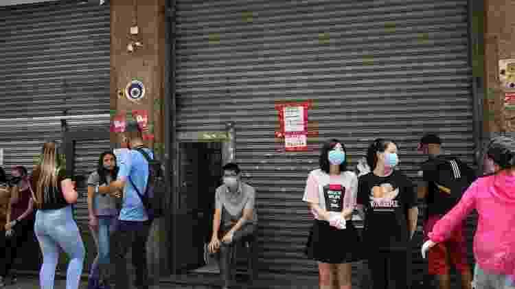 Lojas funcionam no esquema meia-porta na 25 de Março - Anahi Martinho/UOL - Anahi Martinho/UOL