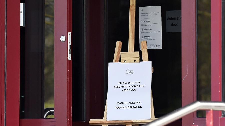 Placa em hotel da Irlanda, onde autoridades impuseram quarentena para pessoas que chegarem no aeroporto - REUTERS