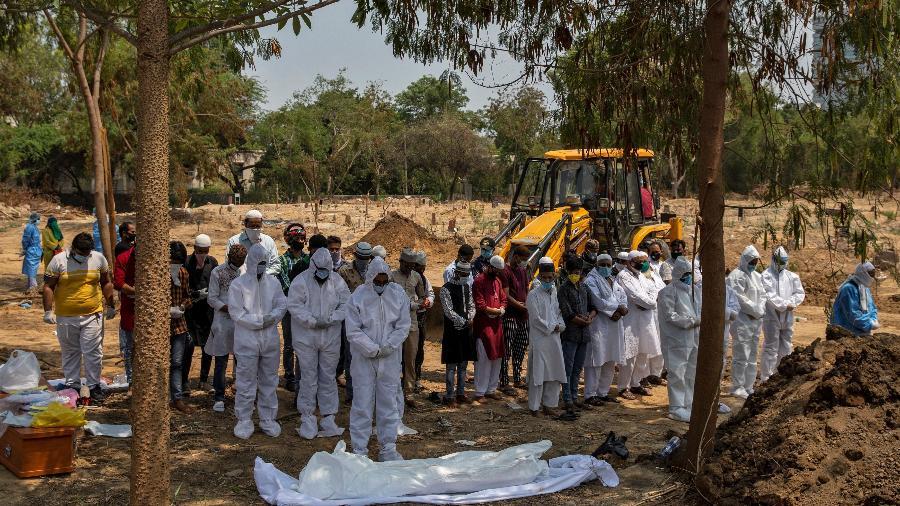 8.jun.2020 - Muçulmano que morreu de covid-19 é sepultado em cemitério de Nova Déli, na Índia - Danish Siddiqui/Reuters