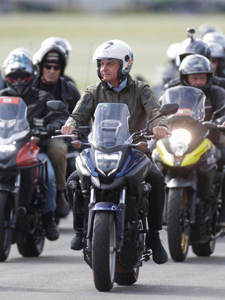 09.mai.2021 - O presidente Jair Bolsonaro (sem partido) participa de um passeio de moto com apoiadores para celebrar o Dia das Mães, em Brasília - REUTERS/Ueslei Marcelino
