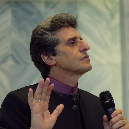 """O argentino Diego Peretti como pastor Emílio, em cena de """"Vosso Reino"""", série da Netflix - Divulgação"""